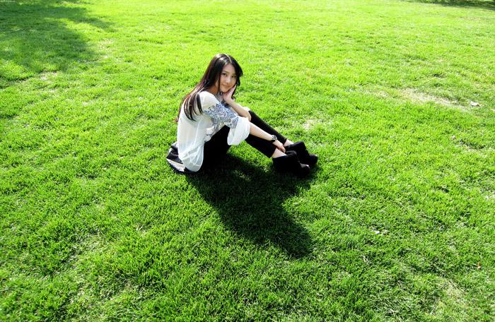 Photoshop打造小清新的中性淡蓝色草地人物图片教程