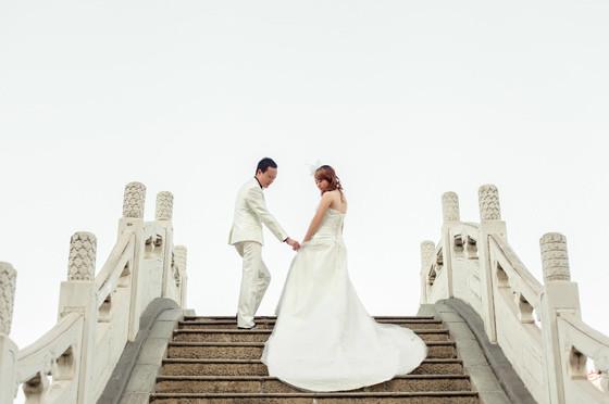 Photoshop简单步骤给外景婚片添加云彩教程